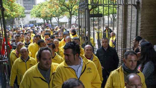Los trabajadores de la Agencia Amaya durante una protesta en la Catedral de Sevilla