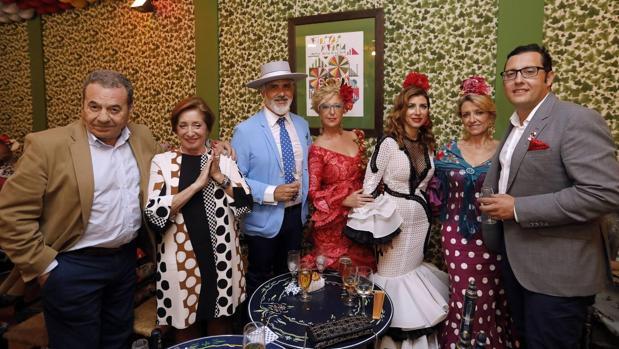Un grupo de amigos en la Feria de Córdoba