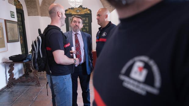 El gerente del Consorcio Provincial de Bomberos, Juan Carandell, con miembros del cuerpo