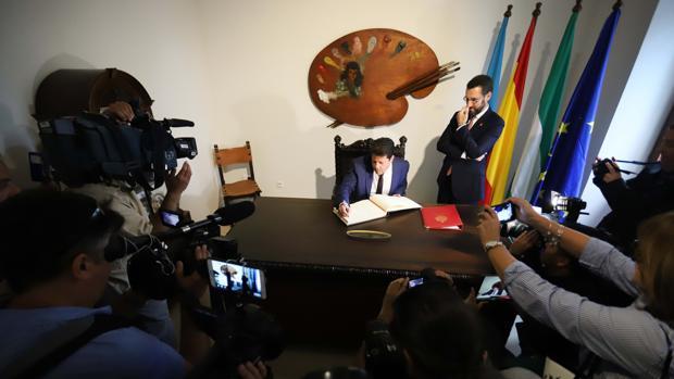 Fabian Picardo firma en el libro de honor del Ayuntamiento de La Línea.