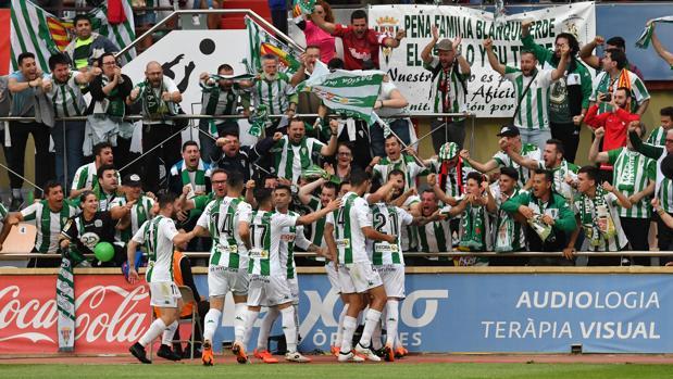 Los jugadores del Córdoba CF celebran el primer tanto en Reus