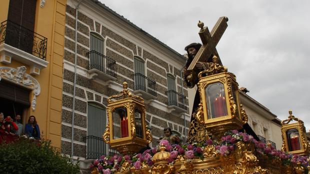 Jesús Nazareno procesiona por las calles de Priego