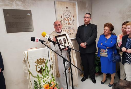Entrega de un escapulario de plata a Manuel María Hinojosa