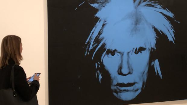 Retrato de Warhol a la entrada de la exposición