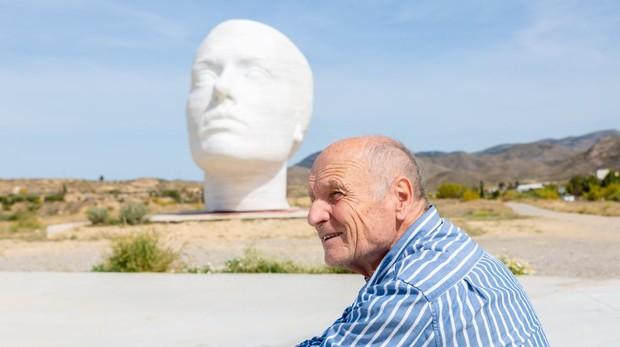 Antonio López posa para ABC delante de su monumental escultura en pleno desierto almeriense