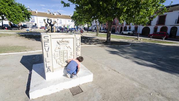 Un niño juega en la plaza de las Clavellinas