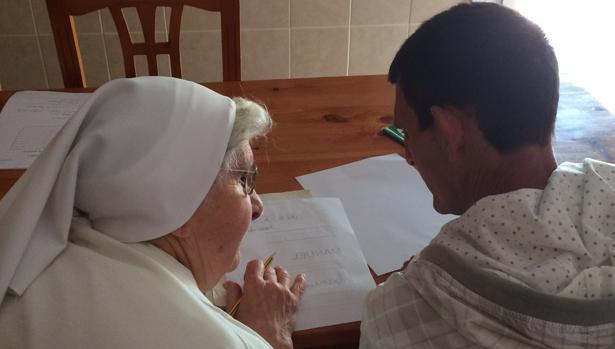 Una de las Hijas de la Caridad, con un usuario del Hogar Marillac, situado en La Línea.