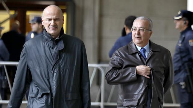 El exconsejero Antonio Fernández (derecha), junto a su abogado Alfonso Martínez del Hoyo