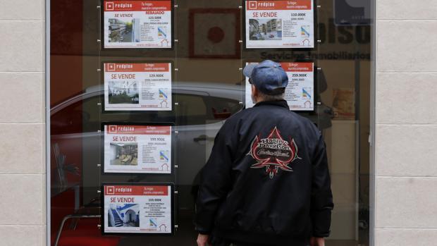 Un hombre observa los pisos de una inmobiliaria del Centro