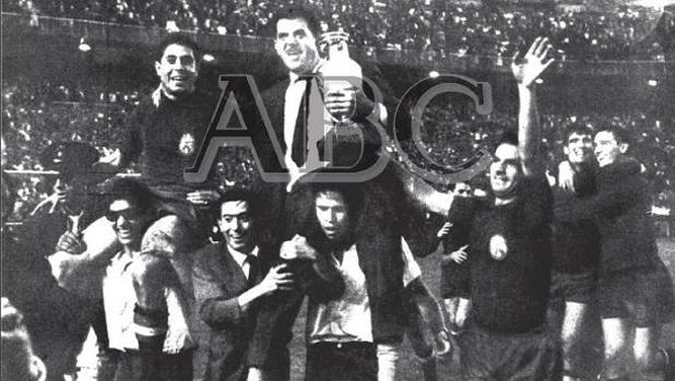 Imagen de la portada de ABC con el cordobés José Villalonga con la Eurocopa de España en 1964