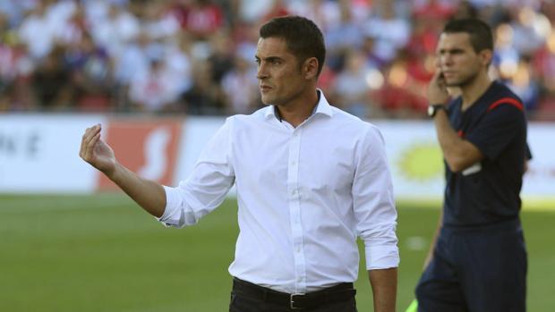 El entrenador del Lugo esta temporada, Francisco Rodríguez, da instrucciones a sus jugadores