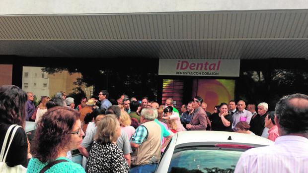 Afectados por el cierre de clínicas de Idental sin recibir el servicio ya pagado