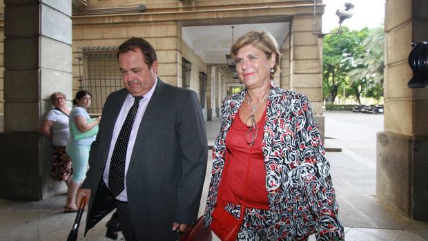 Teresa Florido, con su abogado, cuando declaró en los juzgados en septiembre de 2016