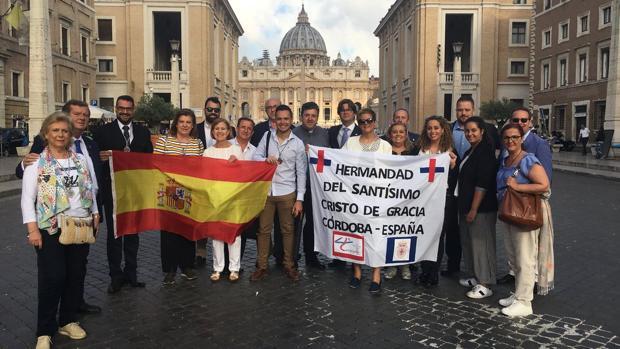Representantes de la hermandad del Cristo de Gracia en el Vaticano