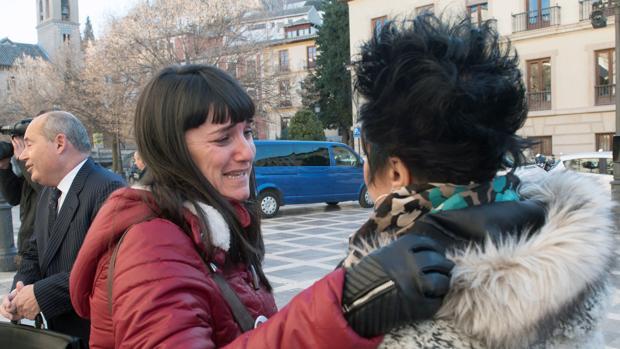 Marianela Olmedo hablando con una muier junto a su abogado