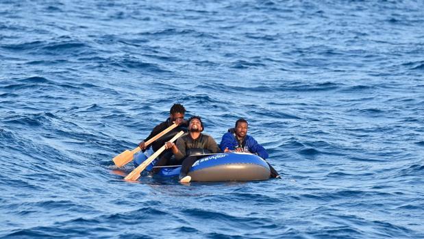 Imagen facilitada por Salvamento Marítimo de algunos de los inmigrantes rescatados este jueves en el Estrecho.