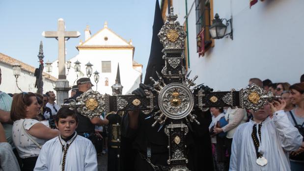 Cruz de guía de la hermandad de los Dolores, una de las piezas más importantes de las cofradías, en la plaza de Capuchinos de Córdoba