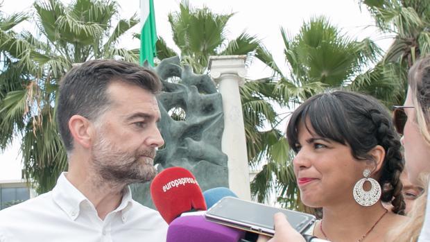 Antonio Maíllo y Teresa Rodríguez delante del monumento a Blas Infante en Sevilla