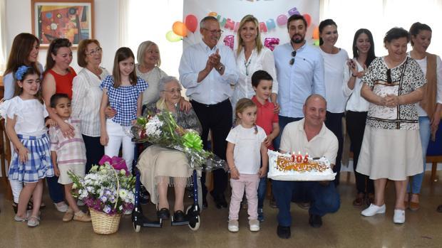Familiares y amigos en el cumpleaños de Luisa Ruiz Castelví, la más longeva de Puente Genil a sus 105 años