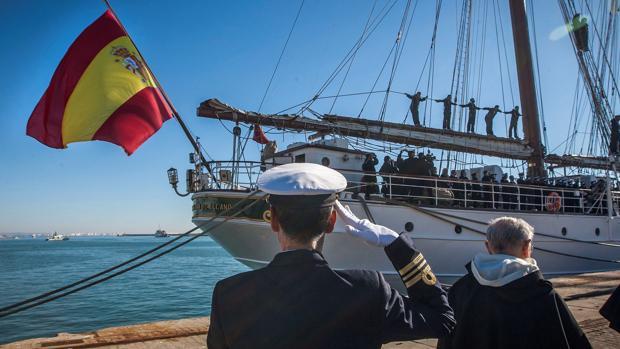 Imagen de archivo del buque Juan Sebastián de Elcano partiendo del puerto de Cádiz