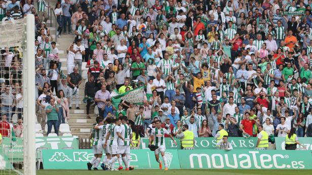 Los jugadores del Córdoba celebran un gol ante el Sporting