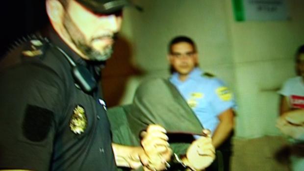 Salida de uno de los acusados del juzgado de Estepona