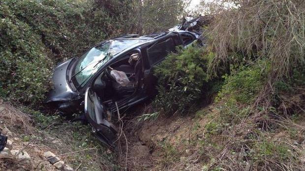 Imagen de archivo de un vehículo siniestrado tras caer por un barranco