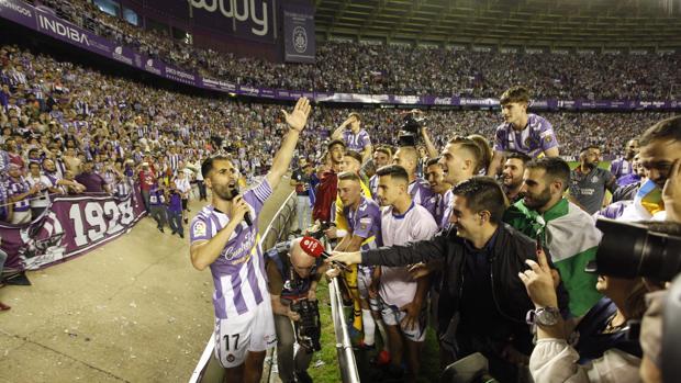 El Valladolid celebra el ascenso, con Antoñito y Deivid (d) con las banderas de Andalucía y Canarias