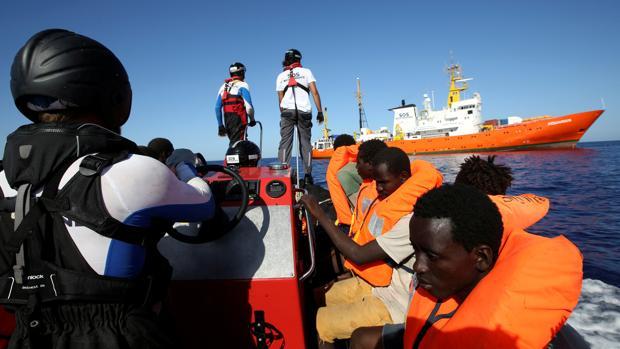 Inmigrantes rescatados por el Aquarius en el mar Mediterráneo