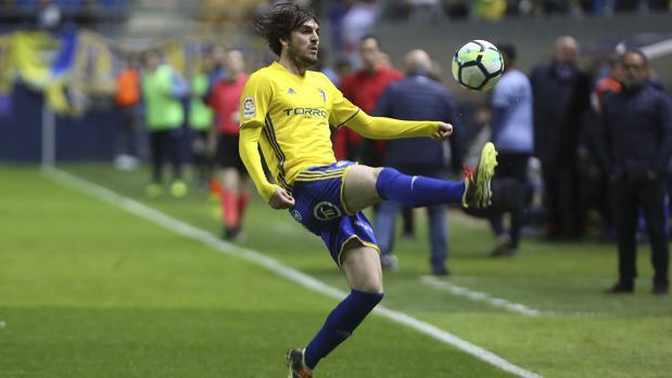 Eugeni controla el esférico en un partido con el Cádiz en el Ramón de Carranza