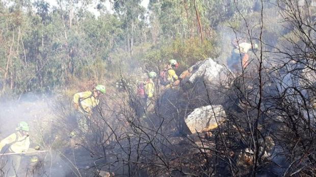 Bomberos forestales trabajando este sábado en la extinción del incendio de Valverde del Camino