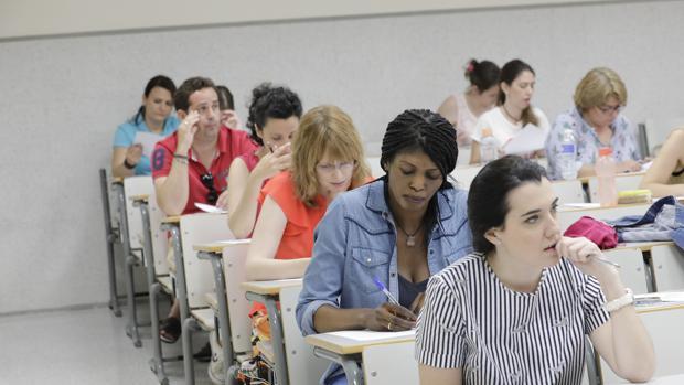 Estudiantes realizando un examen de oposiciones en Sevilla