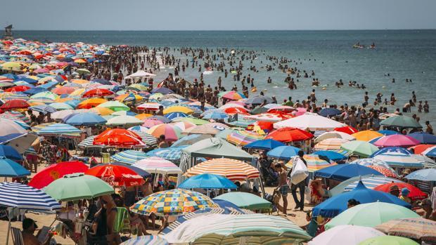 La playa de Regla, abarrotada de visitantes