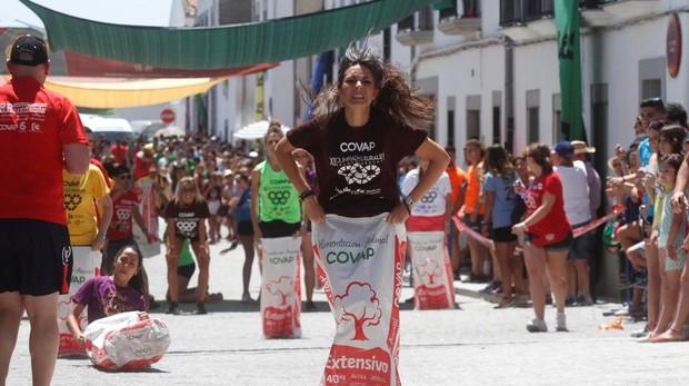 Participantes en la carrera de sacos de las Olimpiadas Rurales