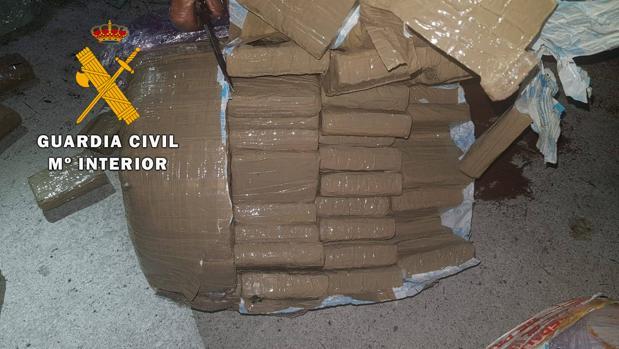Imagen de la droga oculta en uno de los calderines del camión.