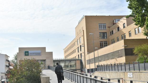 Una persona camina hacia el interior del Hospital Valle de los Pedroches