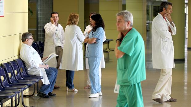 Personal sanitario en el edificio de Consultas Externas del Reina Sofía
