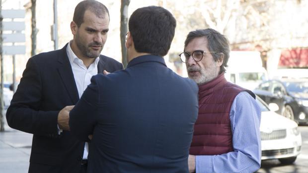 Carlos González (derecha), junto a su abogado, hablan con Jesús León