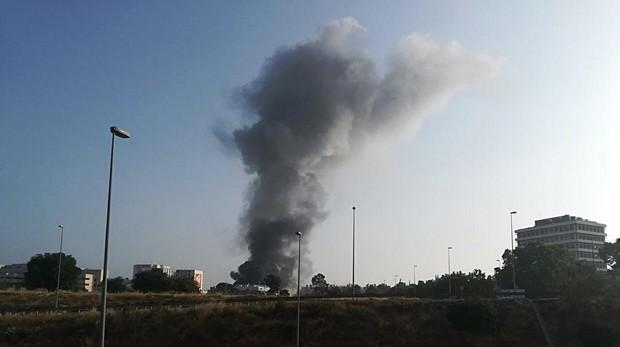 Una columna de humo provocada por el fuego