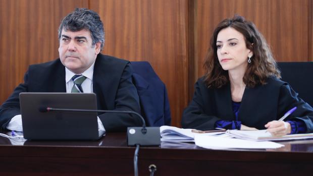 Luis García Navarro, junto a la otra letrada del PP en los ERE, Lourdes Fuster
