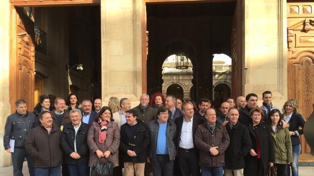 Concentración de alcaldes críticos del PP con la dirección de Jaén antes de la celebración del congreso provincial