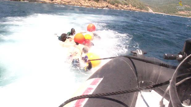 Imagen de la complicada operación de la Guardia Civil en Algeciras.