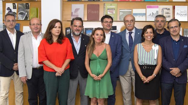 La presidenta del Cacoa, en el centro, rodeada del secretario general y los 8 presidentes de los ocho colegios de arquitectos de Andalucía
