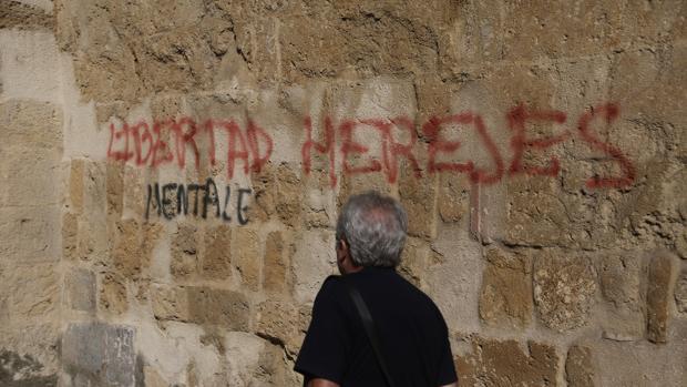 Un hombre pasa por delante de la pintada aparecida en San Lorenzo