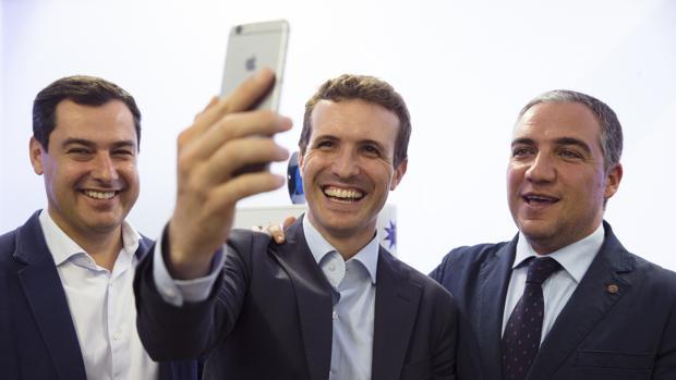Pablo Casado, entre Juanma Moreno y Elías Bendodo en una visita a Málaga anterior a las primarias