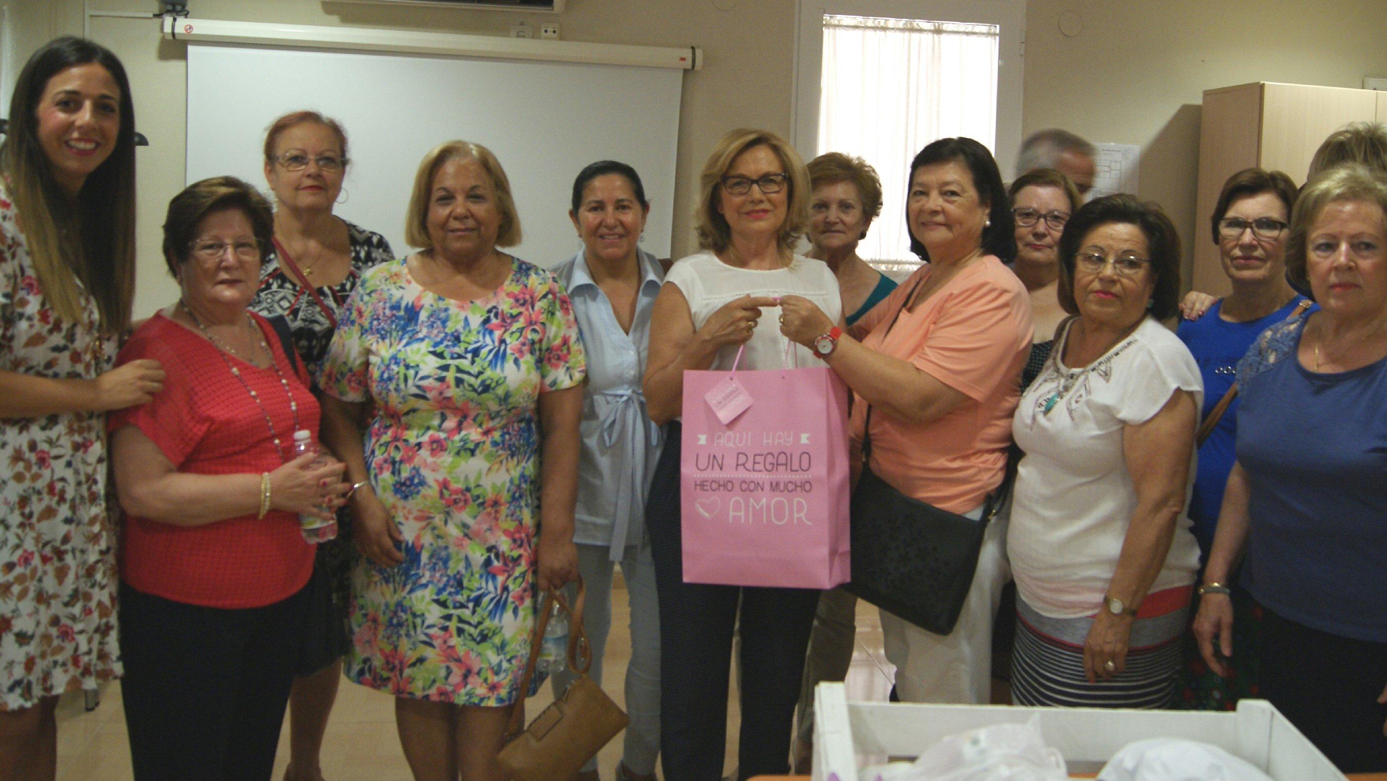 El grupo de voluntarias que ha realizado los pañuelos