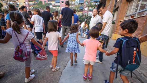 Niños y familiares en el primer día de clase