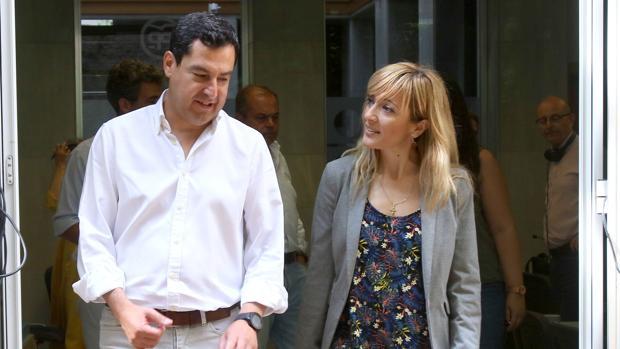 Juanma Moreno, líder del PP andaluz, junto a Carmen Castilla, la secretaria general de UGT este viernes en la sede regional del PP