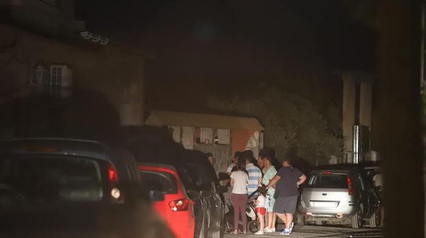 Familiares y vecinos del fallecido en la puerta de la vivienda donde ha ocurrido el siniestro en Córdoba