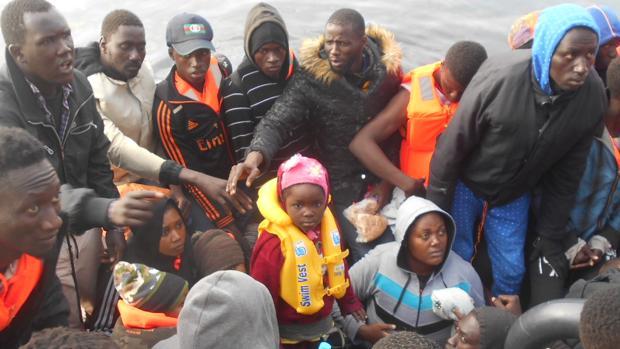 Inmigrantes llegados en una patera a la Isla de Alborán